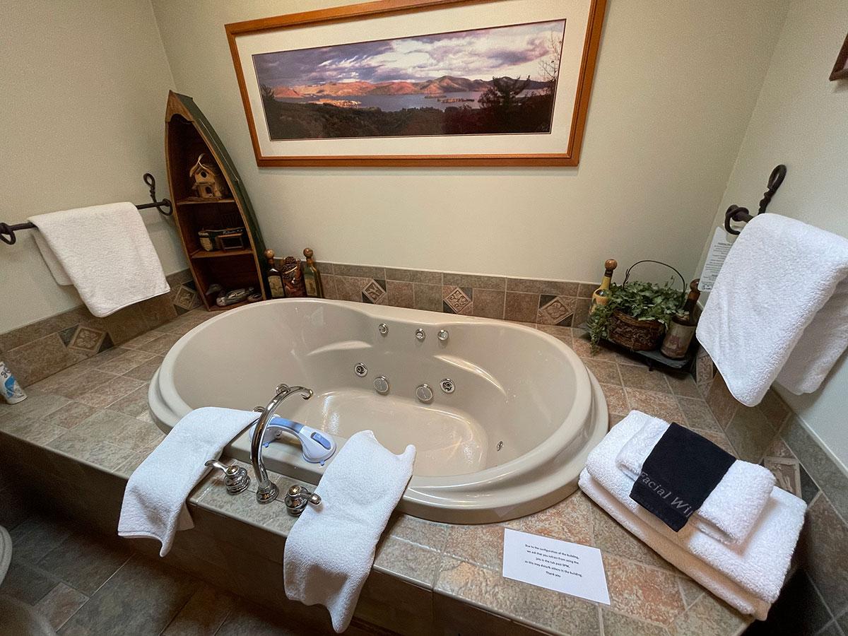 Mason's Adirondack Suite water jet tub